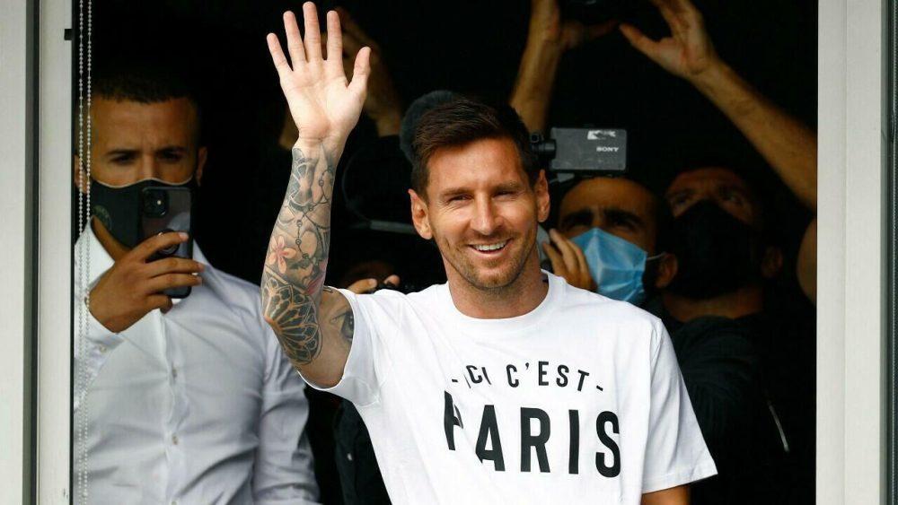 Lionel Messi arrives in Paris