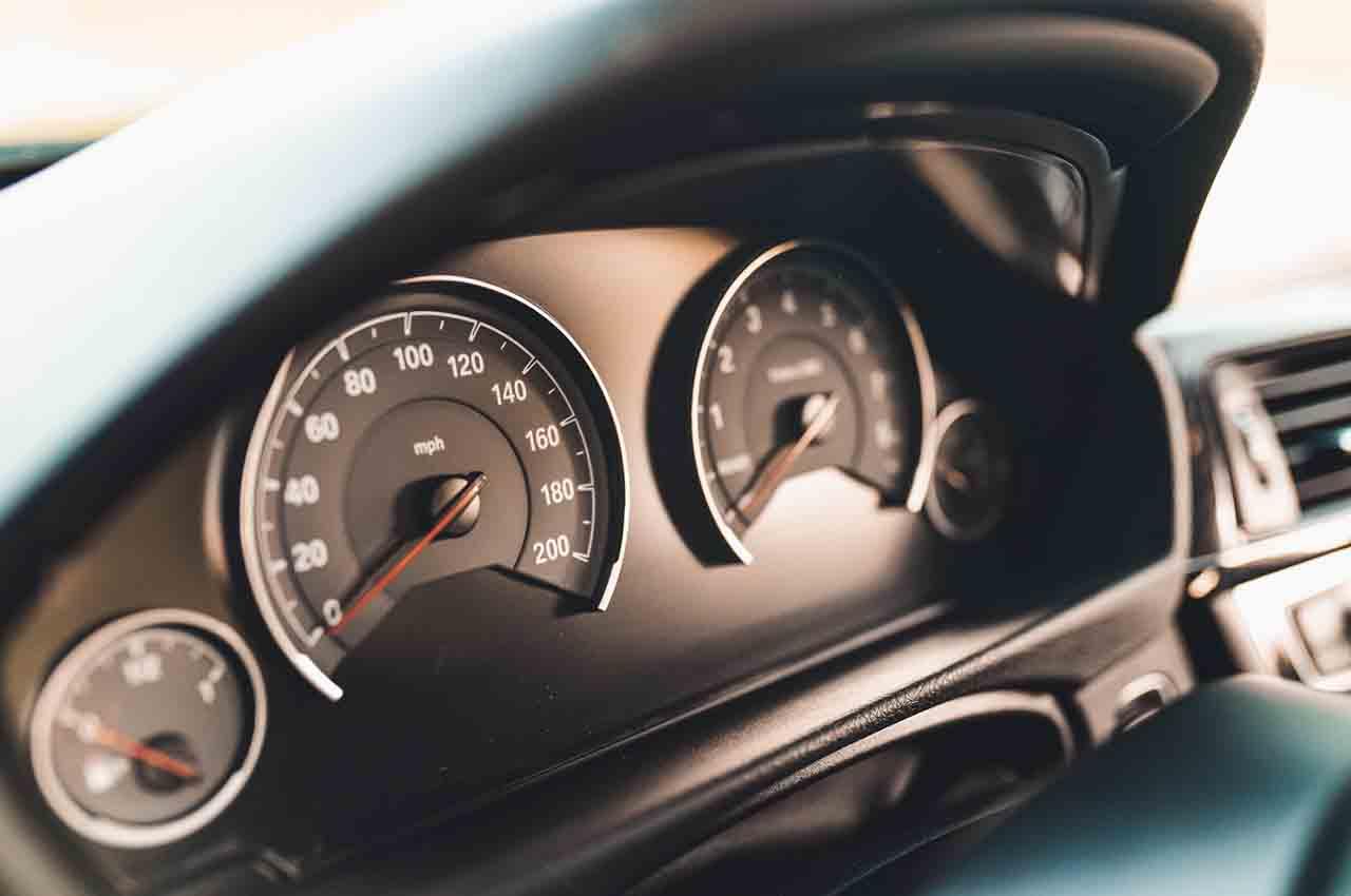 عداد السرعة الرقمي للسيارات